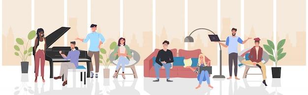 Leute, die während der sitzung sich besprechen, mischen die rennmännerfrauen, die entspannungskonzept der digitalen gerätekommunikation verwenden, modernes wohnzimmerinnenhorizontales in voller länge