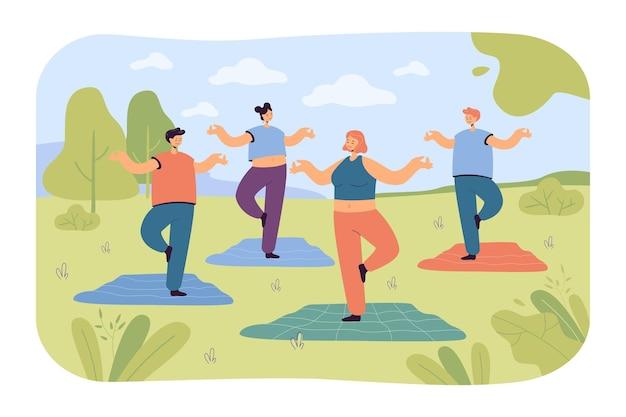 Leute, die yoga im park machen