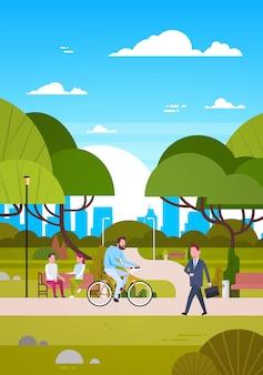 Leute draußen im modernen park sitzen auf der bank, gehen und fahren fahrrad, menschliches in der natur-in verbindung stehen