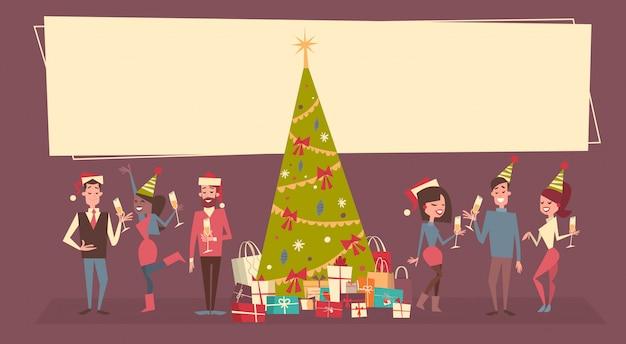 Leute feiern männer und frauen der frohen weihnachten und des guten rutsch ins neue jahr tragen santa hats holiday eve party concept