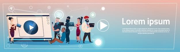 Leute-gruppe mit dem tablet-computer, der kommunikationskonzept des sozialen netzes plaudert