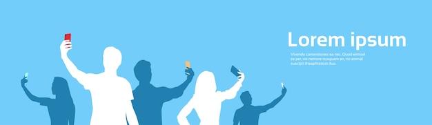 Leute-gruppen-schattenbild, das selfie-fahne nimmt
