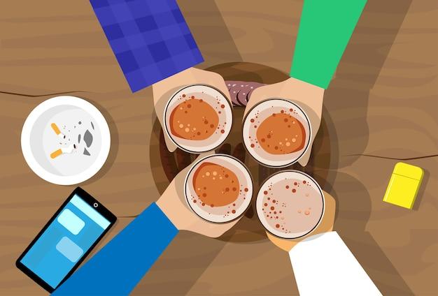 Leute-handgruppen-griff-bier-glas-bartisch-beifall