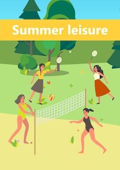 Leute im öffentlichen park. frau, die spaß hat, badminton und beachvolleyball im stadtpark spielend. sommerfreizeit.