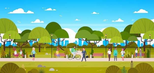 Leute im park, der in der städtischen natur über den stadt-skylinen gehen, fahrrad reiten und in verbindung stehen sich entspannt