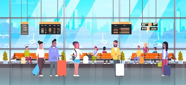 Leute in den flughafenreisenden mit gepäck an der wartehalle