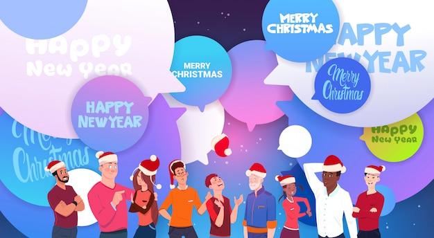 Leute in sankt-hüten über chat-blasen mit frohen weihnachten und guten rutsch ins neue jahr-mitteilungs-feiertag