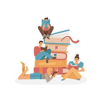 Leute lesen bücherkonzept. gruppe kleiner junger charaktere, die auf den riesigen büchern sitzen und lesen. studentinnen und studenten studieren. flache cartoon-vektor-illustration.
