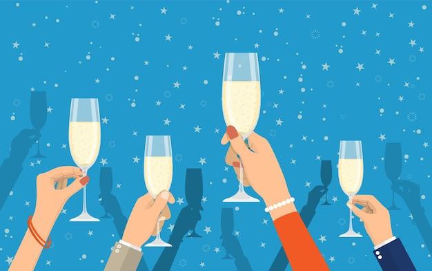 Leute mit champagnergläsern