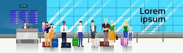 Leute mit dem gepäck, das in der linie steht, um im flughafen für kontrolle in der horizontalen fahnenschablone zu kontern