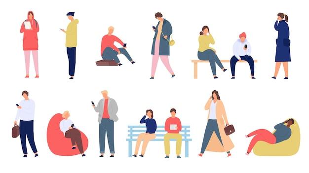 Leute mit telefonen. junge männer und frauen mit smartphone stehen und sitzen. mobile gesellschaftsgruppe verwendet gerät für chat und text, vektorsatz. mädchen und junge sitzen auf bank mit gadget