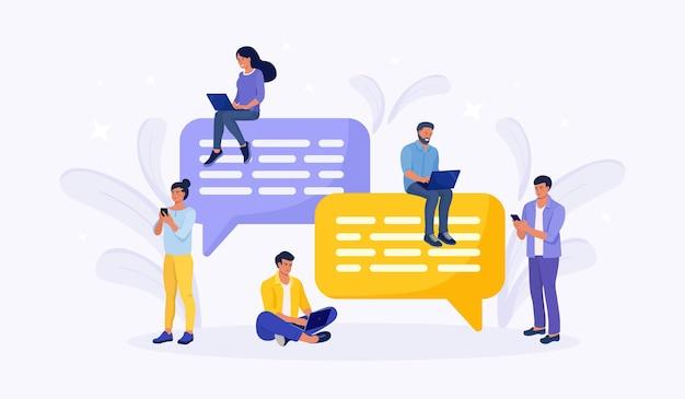 Leute sitzen auf sprechblasen für dialog, kommentar und antwort. geschäftsleute, die telefon und laptop für sms verwenden und in sozialen netzwerken kommunizieren. chatten auf der suche nach ideen, problemlösungen