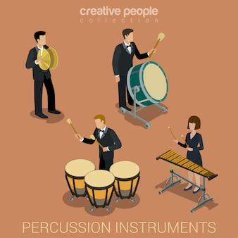 Leutemusiker, die auf den isometrischen vektorillustrationen der stoßmusikinstrumente eingestellt spielen.