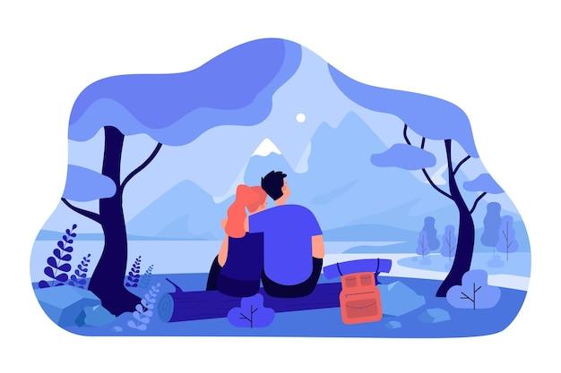 Liebendes paar, das auf natur zusammen isolierte flache illustration sitzt. karikatur romantischer mann und frau, die im wald datieren und bergklippe und himmel betrachten. liebes- und landschaftskonzept