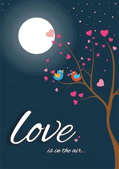 Liebesgrußkartendesign mit den liebesvögeln, die auf baum brance in der vollmondnacht sitzen.