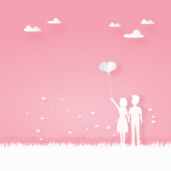 Liebhaber tragen das ballonherz, das in den garten geht