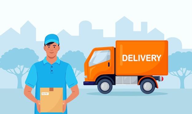 Lieferbote, kurier, der paket mit lkw im hintergrund hält. schnelle lieferung mit gelbem lieferwagen