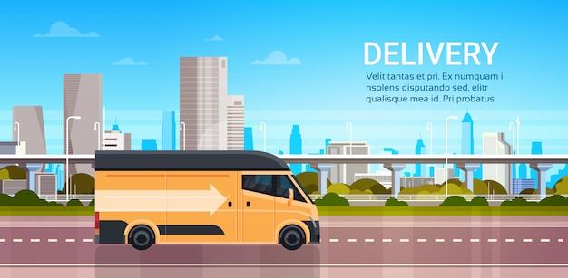 Lieferwagen über moderner stadt auf straße, produkt-waren-versand-transport-schnellservice-konzept