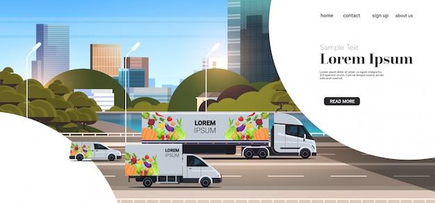Lieferwagen und sattelzugmaschinenanhänger mit bio-gemüse auf natürlichen veganen lebensmittellieferfahrzeugen der stadtautobahn mit horizontalem kopierraum des stadtgemäldehintergrunds des frischen gemüses