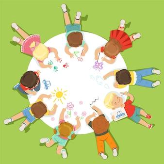 Liegende kleine kinder malen auf einem großen runden papier. karikatur detaillierte bunte illustration