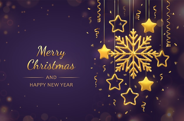 Lila hintergrund des weihnachtsfestes mit hängenden glänzenden goldenen schneeflocken, metallischen 3d-sternen und kugeln. weihnachts- und neujahrsgrußkarte.