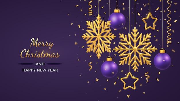 Lila hintergrund des weihnachtsfestes mit hängenden glänzenden goldenen schneeflocken metallischen sternen und kugeln