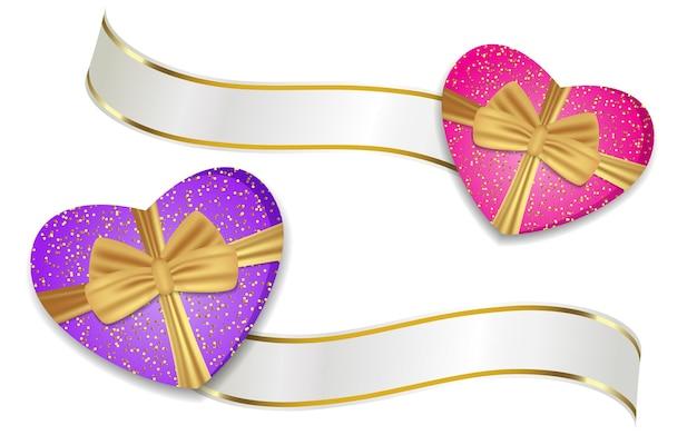 Lila und rosa herzförmige kästen mit bändern und schleifen. dekoration für valentinstag und andere feiertage.