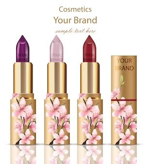 Lippenstiftkosmetik stellte realistischen mock-up ein. blumenverzierungsdekor, ursprüngliches design der goldenen verpackung. goldfarben
