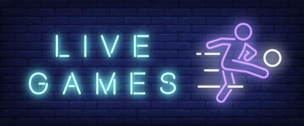 Live-spiele-neon-text mit fußballspieler ball zu treten