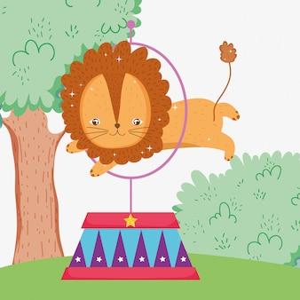 Löwe, der den reifen zur zirkusunterhaltung springt