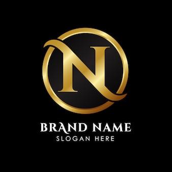 Logo-schablone des luxusbuchstaben n in der goldfarbe