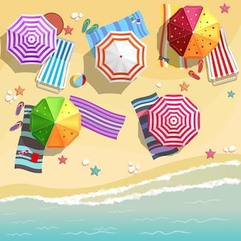 Luftaufnahme des sommerstrandes im flachen entwurfsstil. hausschuhe und handtuch, seestern und sommerzeit, entspannung sommertourismus