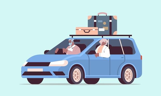 Lustige alte familie, die im auto im wöchentlichen urlaub ältere afroamerikanische reisende fährt, die mit dem aktiven alterskonzept reisen, horizontale vektorillustration in voller länge