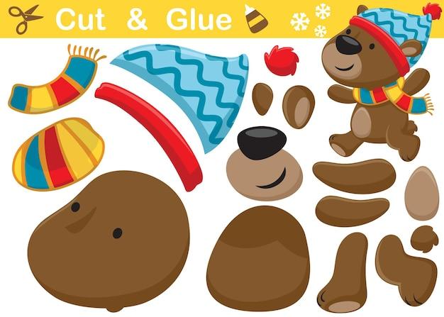 Lustige bärenkarikatur mit wintermütze und schal. bildungspapierspiel für kinder. ausschneiden und kleben