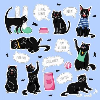 Lustige flecken der schwarzen katzen. trendy sticker pack der schwarzen katzen, mit lustigem zitat in der blasensprache mit verschiedenen emotionen: traurig, glücklich, wütend.