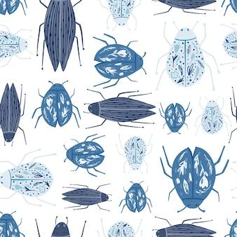 Lustige käfertapete. geometrische insektenverzierung. nahtloses muster der blauen wanzen lokalisiert auf weißem hintergrund. dekorative kulisse für stoffdesign, textildruck, verpackung, abdeckung. vektor-illustration.