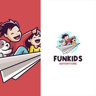 Lustige kinder-cartoon-logo-vorlage, die auf einem papierflugzeug fliegt