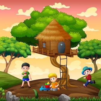 Lustige kinder, die unter dem baumhaus spielen