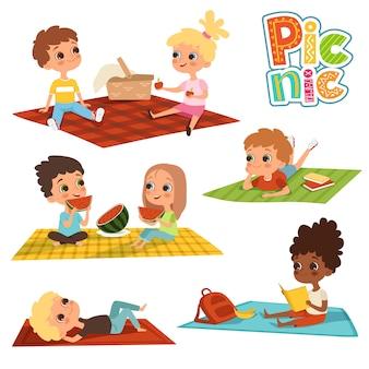 Lustige kinder im park, picknickkonzept
