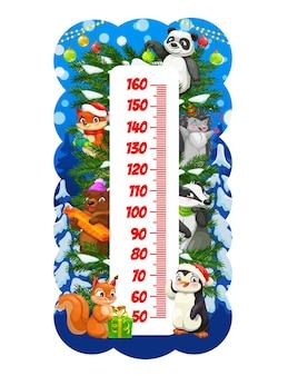 Lustige tiere der weihnachtskarikatur auf kinderhöhendiagramm. kinder neujahrsfeiertagswachstumsmaßskala mit süßem panda, fuchs und igel, bier, eichhörnchen, pinguin mit geschenken und spielzeug am weihnachtsbaum