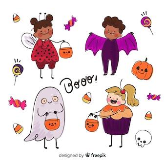 Lustige und niedliche halloween-kostümkinder eingestellt mit süßigkeiten