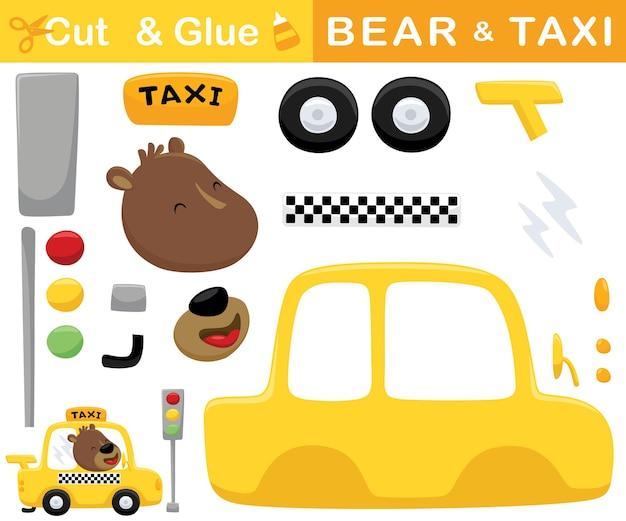 Lustiger bär, der gelbes taxi fährt. bildungspapierspiel für kinder. ausschnitt und kleben. cartoon-illustration