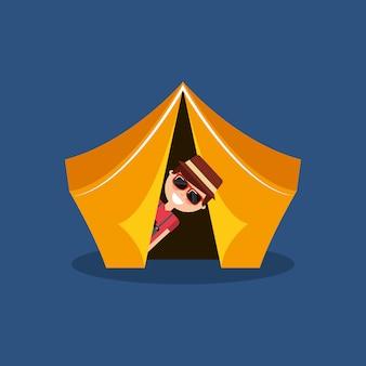 Lustiger mann reisende urlaub auf zelt camping