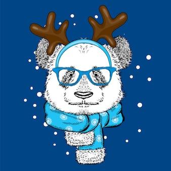 Lustiger panda, der brille und mit hörnern trägt. neujahr und weihnachten.
