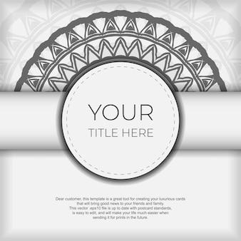 Luxuriöses design einer postkarte in weiß mit dunklen griechischen mustern. vektor-einladungskarte mit platz für ihren text und vintage-ornament.