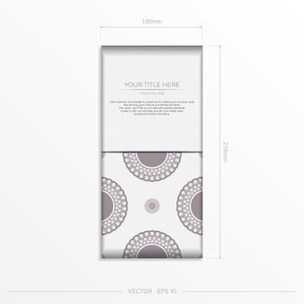 Luxuriöses vektordesign für postkarten in weißer farbe mit dunklen griechischen mustern. einladungskartendesign mit platz für ihren text und vintage-ornamente.