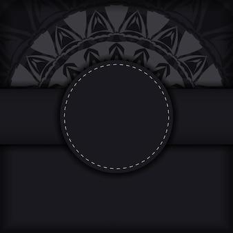 Luxuriöses vektorpostkartendesign in schwarzer farbe mit roten griechischen mustern. einladungskartendesign mit platz für ihren text und abstrakte ornamente.