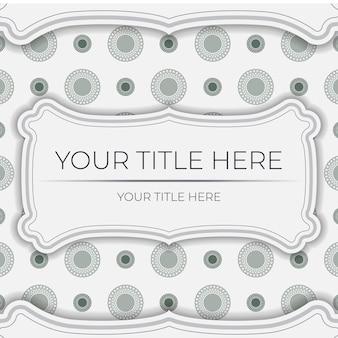 Luxuriöses weißes postkartendesign mit dunkelgriechischen ornamenten. einladungskartendesign mit platz für ihren text und vintage-muster.