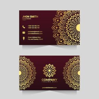 Luxus-visitenkartenvorlage mit goldenem ornamentalem mandala-arabesken-design