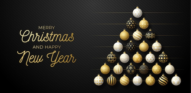 Luxus-weihnachts- und neujahrsgrußkarte. kreativer weihnachtsbaum gemacht durch glänzende goldene, schwarze und weiße kugeln auf schwarzem hintergrund für weihnachts- und neujahrsfeier.